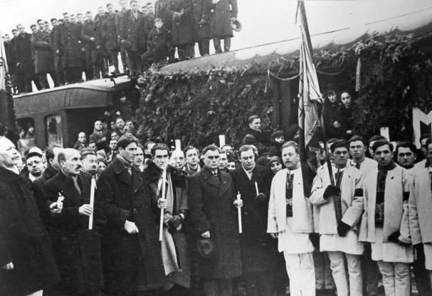 MM Capitanul-Corneliu-Zelea-Codreanu-la-Gara-de-Nord-la-venirea-lui-Mota-si-Marin-Feb-1937-Ziaristi-Online