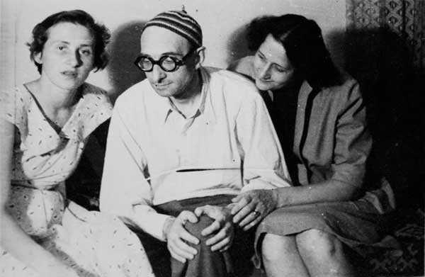 Radu-Gyr-Imediat-după-prima-eliberare-de-la-Aiud-cu-fiica-Monica-stânga-şi-soţia-Flora