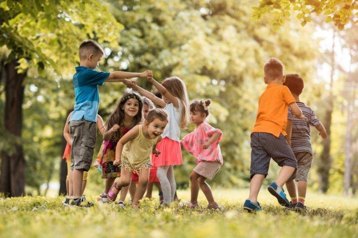 kids -play-outdoors-989x660