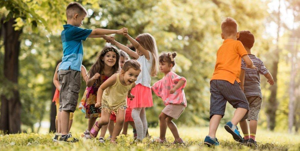 kids-play-outdoors-989x660 - crop